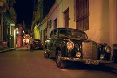 在哈瓦那夜街道的减速火箭的汽车  免版税图库摄影