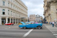在哈瓦那大街的失败的蓝色经典美国汽车  免版税库存图片