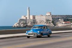 在哈瓦那大道的老出租汽车  古巴 11-05-2015 免版税库存图片