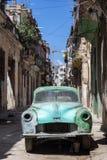 在哈瓦那放弃的生锈和残破的老汽车 免版税库存图片