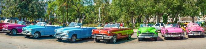 在哈瓦那旧城停放的五颜六色的葡萄酒汽车 免版税库存图片