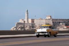 在哈瓦那海岸的经典黄色汽车  古巴 14-05-2015 库存照片