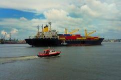 在哈瓦那海湾的船 库存照片