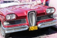 在哈瓦那租赁的20世纪50年代老和生锈的红色美国汽车,古巴 库存照片