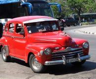 在哈瓦那街上的被恢复的红色出租汽车 库存照片