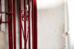 在哈瓦那街道上的心形的细节有标尺钢棍的 库存照片