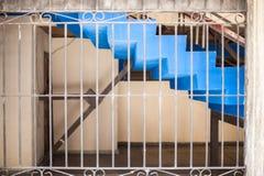 在哈瓦那街道上的窗口有标尺钢棍的 免版税库存图片