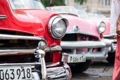 在哈瓦那街道上的经典美国汽车在古巴 免版税图库摄影
