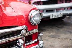 在哈瓦那街道上的经典美国汽车在古巴 库存图片