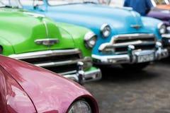 在哈瓦那街道上的经典美国汽车在古巴 库存照片