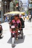 在哈瓦那街道上的Bycicle出租汽车  免版税库存图片