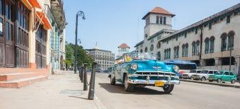 在哈瓦那街道的明亮的蓝色敞篷车1960年` s薛佛列出租汽车 免版税库存图片