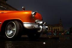 在哈瓦那街道的老五颜六色的汽车  免版税库存图片