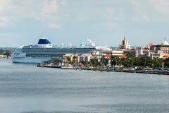 在哈瓦那靠码头的游轮古巴 库存图片