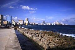 在哈瓦那malecon的波浪  库存照片