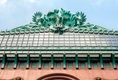 在哈罗德华盛顿图书馆的屋顶的面貌古怪的人 免版税图库摄影