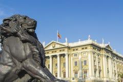 在哥伦布纪念碑的基地的狮子雕象在巴塞罗那 库存照片