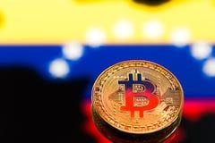 在哥伦比亚旗子中的硬币Bitcoin,真正金钱,特写镜头的概念 背景黑色概念概念性费用房主房子图象挣的货币表示 免版税库存照片