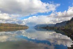 在哥伦比亚河峡谷的云彩反射 库存照片