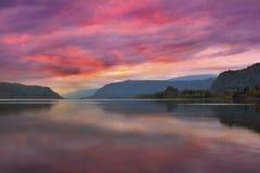 在哥伦比亚河峡谷的五颜六色的日出在波特兰俄勒冈 库存图片
