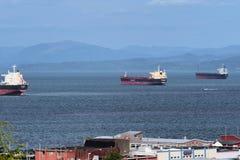 在哥伦比亚河的三艘货轮船 库存图片