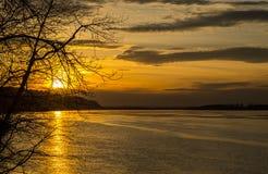 在哥伦比亚河的平安的日落 免版税库存照片