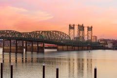 在哥伦比亚河的跨境桥梁日落的 免版税库存图片