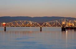 在哥伦比亚河的铁路平旋桥日出的 库存图片
