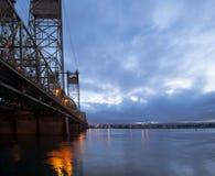 在哥伦比亚河的长的吊桥与夜点燃反射 免版税库存图片