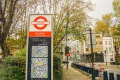 在哥伦比亚路的周期标志在自行车租务的Shoreditch锻炼的和环境友好在伦敦 库存照片