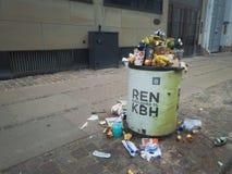 在哥本哈根市夏时的被过度充填的垃圾桶 库存图片