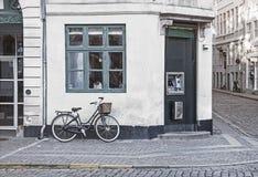 在哥本哈根老街道上的葡萄酒自行车  免版税库存照片