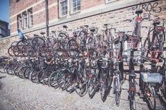 在哥本哈根街道安置的自行车  免版税库存图片