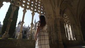 在哥特式修道院里面的俏丽的女孩 影视素材