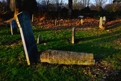 在哥特式公墓的老坟墓 免版税图库摄影