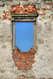 在哥特式城堡的废墟的窗口 免版税库存照片
