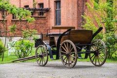 在哥特式城堡附近的老轻便马车在Rzucewo 图库摄影