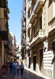 在哥特式处所的狭窄的街道 巴塞罗那 免版税图库摄影