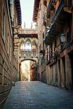 在哥特式处所的被遮盖的桥,巴塞罗那,西班牙 图库摄影