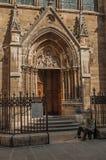 在哥特式教会前面的叫化子在日落的一个胡同的在巴黎 库存图片