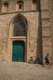 在哥特式教会的木门和人在布鲁日 免版税图库摄影