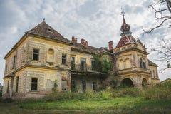 在哥特式样式的一座老被放弃的可怕城堡 图库摄影