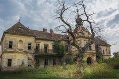 在哥特式样式的一座老被放弃的可怕城堡 免版税库存照片