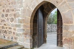 在哥特式样式的中世纪二重叶子门 西班牙 库存照片
