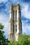 在哥特式样式的圣雅克塔与在同水准的一座钟楼 免版税库存图片