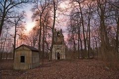 在哥特式样式的老被破坏的曲拱在俄罗斯在被破坏的庄园里 免版税图库摄影