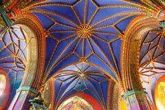 在哥特式样式的15世纪建造的天主教会的内部 免版税图库摄影