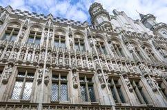 在哥特式15世纪城镇厅,联合国科教文组织世界遗产名录站点的样式和塔的历史雕塑在布鲁塞尔 图库摄影