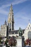 在哥特式carhedral前面的鲁文斯雕象在Atnwerp 免版税图库摄影