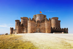 在哥特式Mudejar城堡的主闸 免版税图库摄影